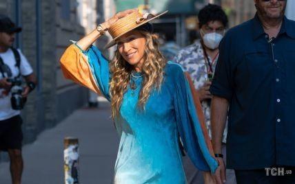В платье с градиентом и соломенной шляпе: Сара Джессика Паркер на съемках сериала