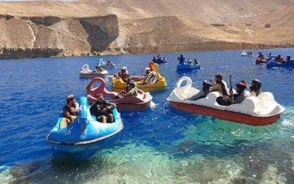 """""""Тепер у них з'явився флот"""": таліби із гранатометами покаталися на човниках-лебедях у парку"""