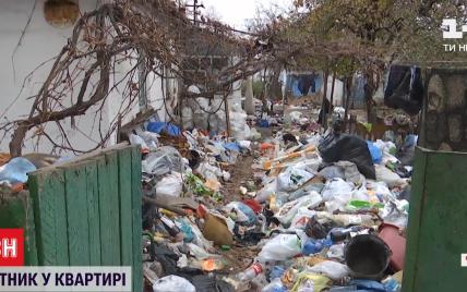 Горы мусора, из продуктов — только объедки: в Днепре копы забрали из дома семерых детей, которые сами их вызвали