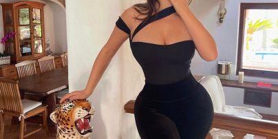 З пелюстками на оголених грудях: Демі Роуз поділилася відвертим фото