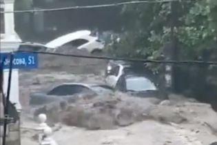 Негода топить Україну: у Мережі показують наслідки підтоплень і стрімкі річки посеред вулиць
