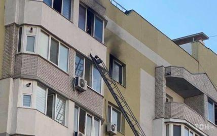 Чоловік, щоб насолити дружині, підпалив квартиру і сам причаївся на балконі