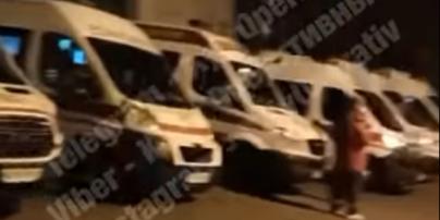 В Киеве возле больницы, куда доставляют больных с коронавирусом, скорые по пять часов стоят в очереди (видео)