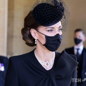 Герцогиня Кембриджская надела на похороны принца Филиппа украшение, которое носила принцесса Диана