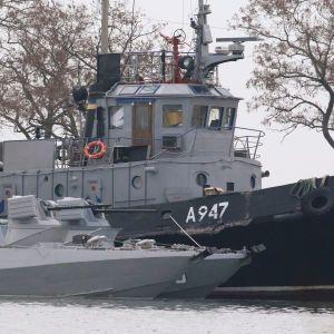 Появились фото украинских кораблей в порту Керчи