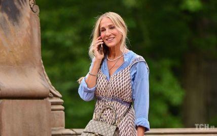 У бюджетному сарафані і з сумкою Gucci: Сара Джессіка Паркер на зніманнях в Нью-Йорку
