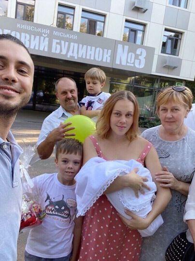Alyosha з сім'єю і новонародженою дочкою Марією / © instagram.com/alyoshasinger