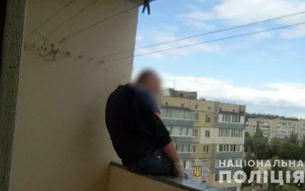 На Київщині мешканець багатоповерхівки хотів зістрибнути з поручнів балкона: відео