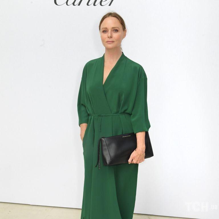 В изумрудном платье с V-образным декольте: Стелла Маккартни вышла в свет