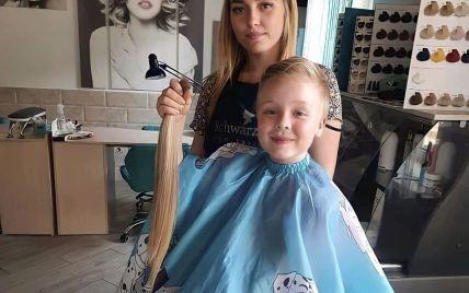 У Хмельницькій області другокласниця відрізала своє довге волосся, аби допомогти онкохворій дівчинці