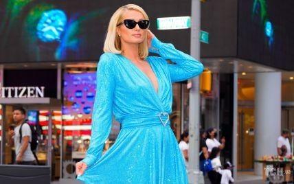 Увага на декольте і тонку талію: Періс Гілтон в ефектній сукні продефілювала на Таймс-сквер