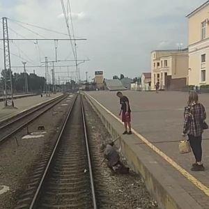 """""""Коли дуже треба на Золочів"""": бабуся, яка ледь не вбилася на залізничному вокзалі, шокувала Мережу (відео)"""