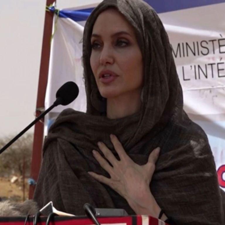 Анджелина Джоли с покрытой головой посетила лагерь беженцев в Буркина-Фасо