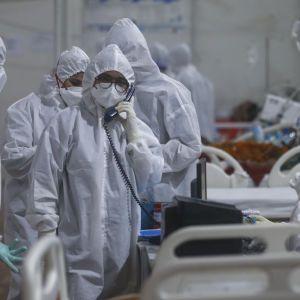 У лікарні медикиня після смерті пацієнта з коронавірусом використовувала карту та купувала солодощі