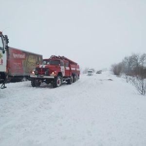 У більшості областей України дороги замело снігом