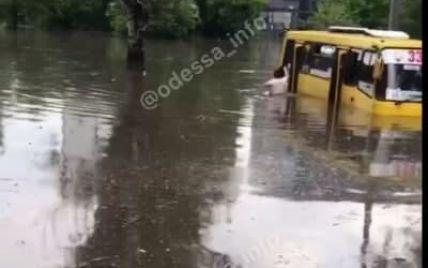 Потоп в Одессе: из-за ливня в воде застряла маршрутка — пассажиры выходили из нее вплавь (видео)