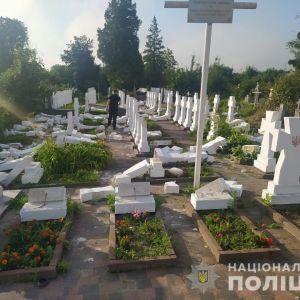 У Львівській області 20-річний хлопець розтрощив майже 60 хрестів на могилах січових стрільців: фото