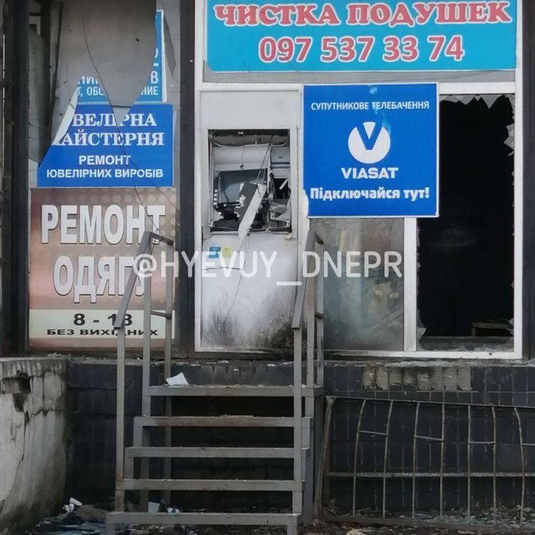 Забрали гроші і втекли: під Дніпром невідомі підірвали банкомат