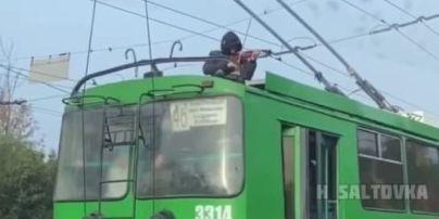 Чого не зробиш задля лайків: у Харкові тіктокер видерся на дах тролейбуса зі скрипкою і влаштував концерт (відео)
