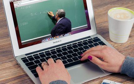 Без збереження заробітної плати: в Україні вчителів без щеплення почнуть відстороняти від роботи