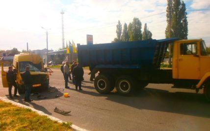 В Новомосковске маршрутка с пассажирами влетела в грузовик, пострадали 18 человек