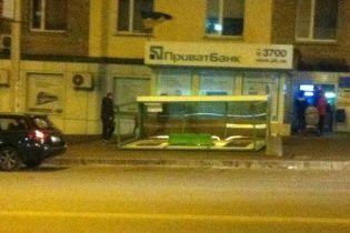 """В Киеве сильный ветер """"сдул"""" остановку общественного транспорта"""