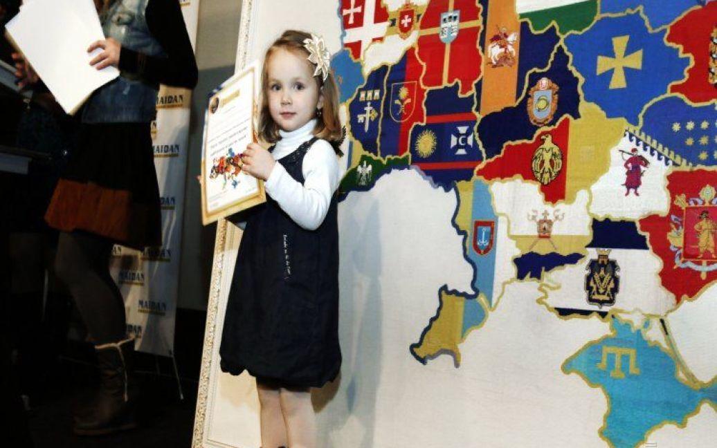 Наймолодша вишивальниця Аня Карпенко (Київ), яка взяла участь у вишиванні карти України / © УНІАН