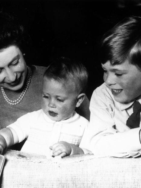 Королева Елизавета II с детьми Эндрю и Эдвардом / © Getty Images