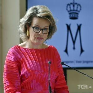 У яскравому вбранні і незвичайних сережках: королева Бельгії Матильда вручила особливу премію