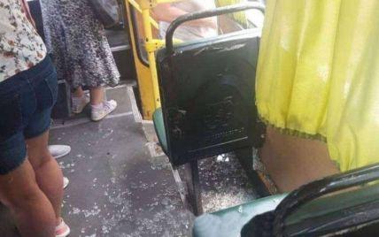 У Дніпрі невідомі на ходу розстріляли автобус з пасажирами: фото