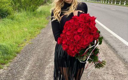 В сексуальном мини и с букетом роз: Ирина Федишин устроила фотосет возле дороги