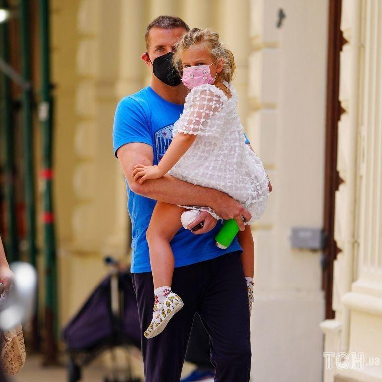 Забрав із садка: Бредлі Купера зазнімкували з 4-річною дочкою Леєю