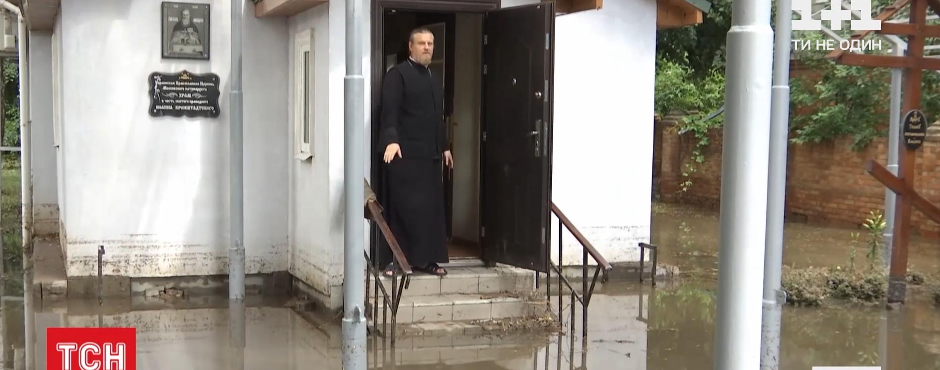 Грозовий фронт накриває Україну: у Вінниці люди пересувались убрід, а машинидрейфували у бурхливих потоках