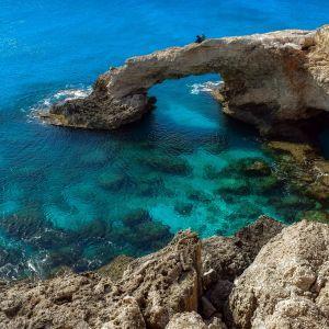 Кіпр на тлі жорсткого локдауну знімає обмеження з вакцинованих від коронавірусу туристів