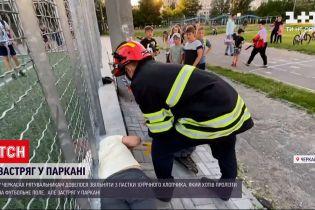 Новини України: у Черкасах 10-річний хлопчик намагався пролізти під парканом і застряг