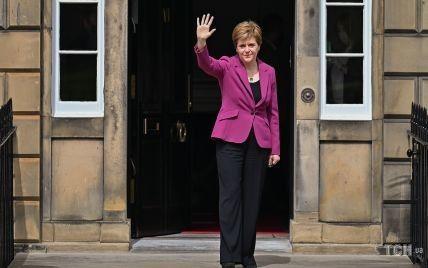 Первый министр Шотландии вышла к журналистам в ободранных туфлях с дырками
