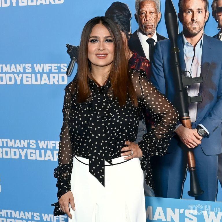 В гороховой блузке и белой юбке: стильная Сальма Хайек на премьере фильма с ее участием
