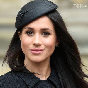 Меган Маркл в элегантном черном платье впервые вышла в свет без членов королевской семьи
