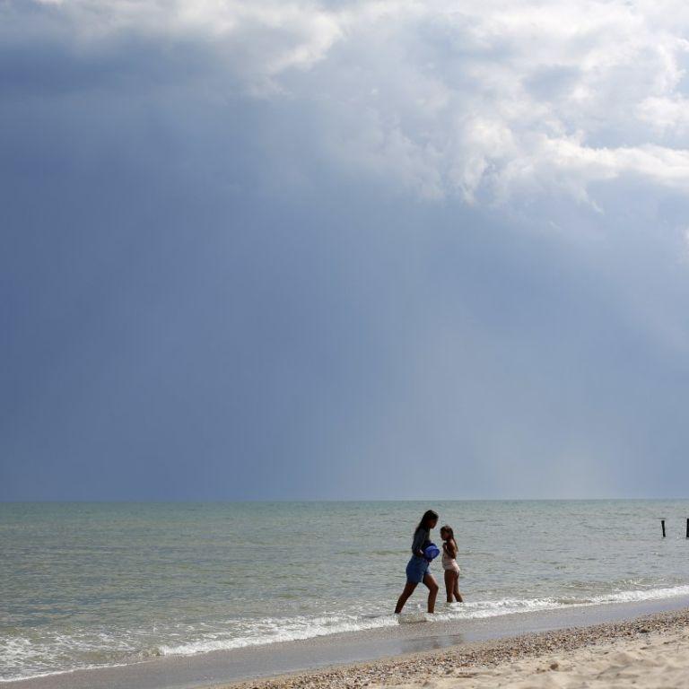 Сама прошла берегом 7 км: на курорте в Лазурном искали 10-летнюю девочку