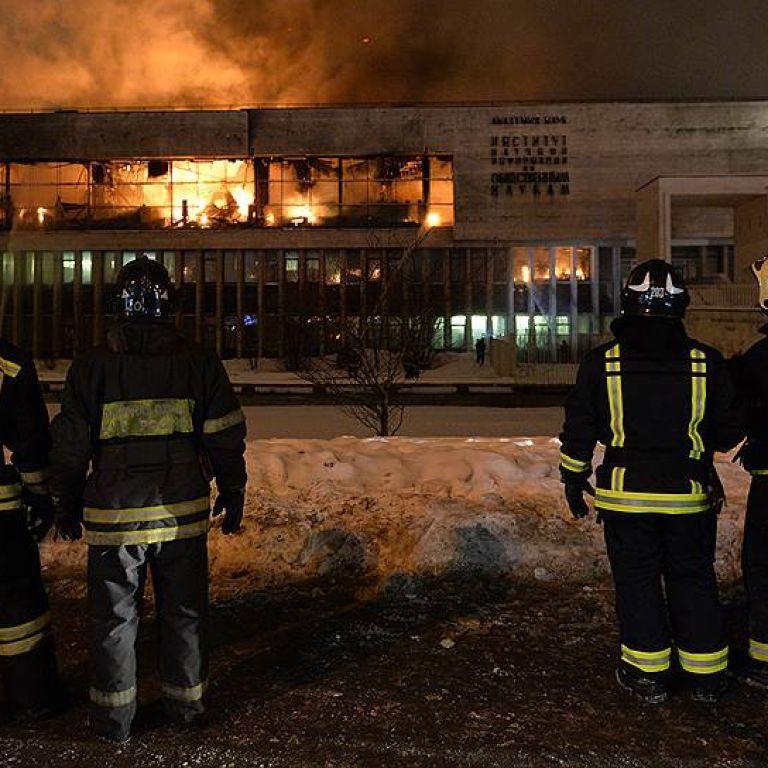 В Москве горят 14 миллионов уникальных книг: масштабный пожар не могут потушить уже 13 часов