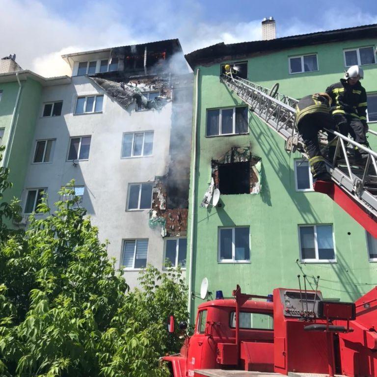 Под Киевом больше трех часов тушили пожар в многоэтажке, где произошел взрыв