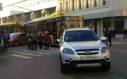 У центрі Києва водій припаркував авто прямо посеред жвавої дороги