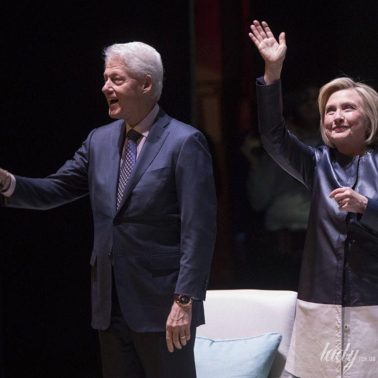 У стильному пальті і з чоловіком: Гілларі Клінтон на заході в Нью-Йорку