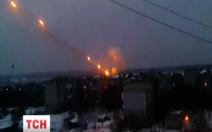 """Бойовики всю ніч """"поливали"""" Донбас вогнем із """"Градів"""", тривають запеклі бої"""