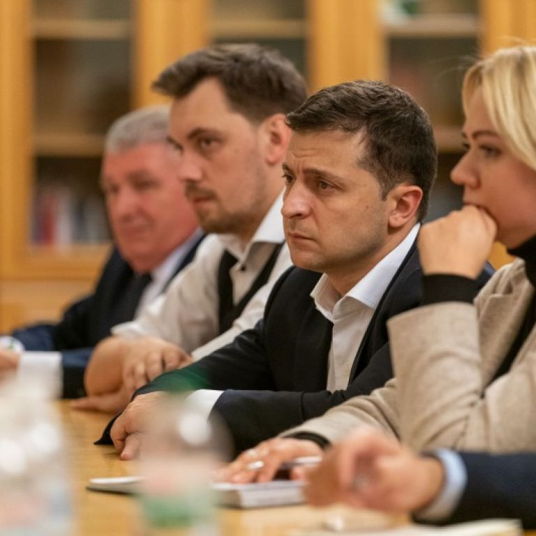 Зеленський зустрівся з рідними загиблих на Донбасі і пообіцяв врегулювати суперечливі питання
