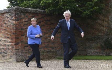 Ділова зустріч: Ангела Меркель у блакитному жакеті, Борис Джонсон зі скуйовдженим волоссям
