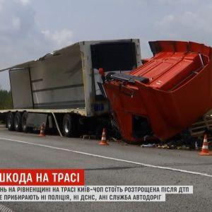 """На трассе Киев-Чоп """"забыли"""" разбитую в ДТП фуру"""