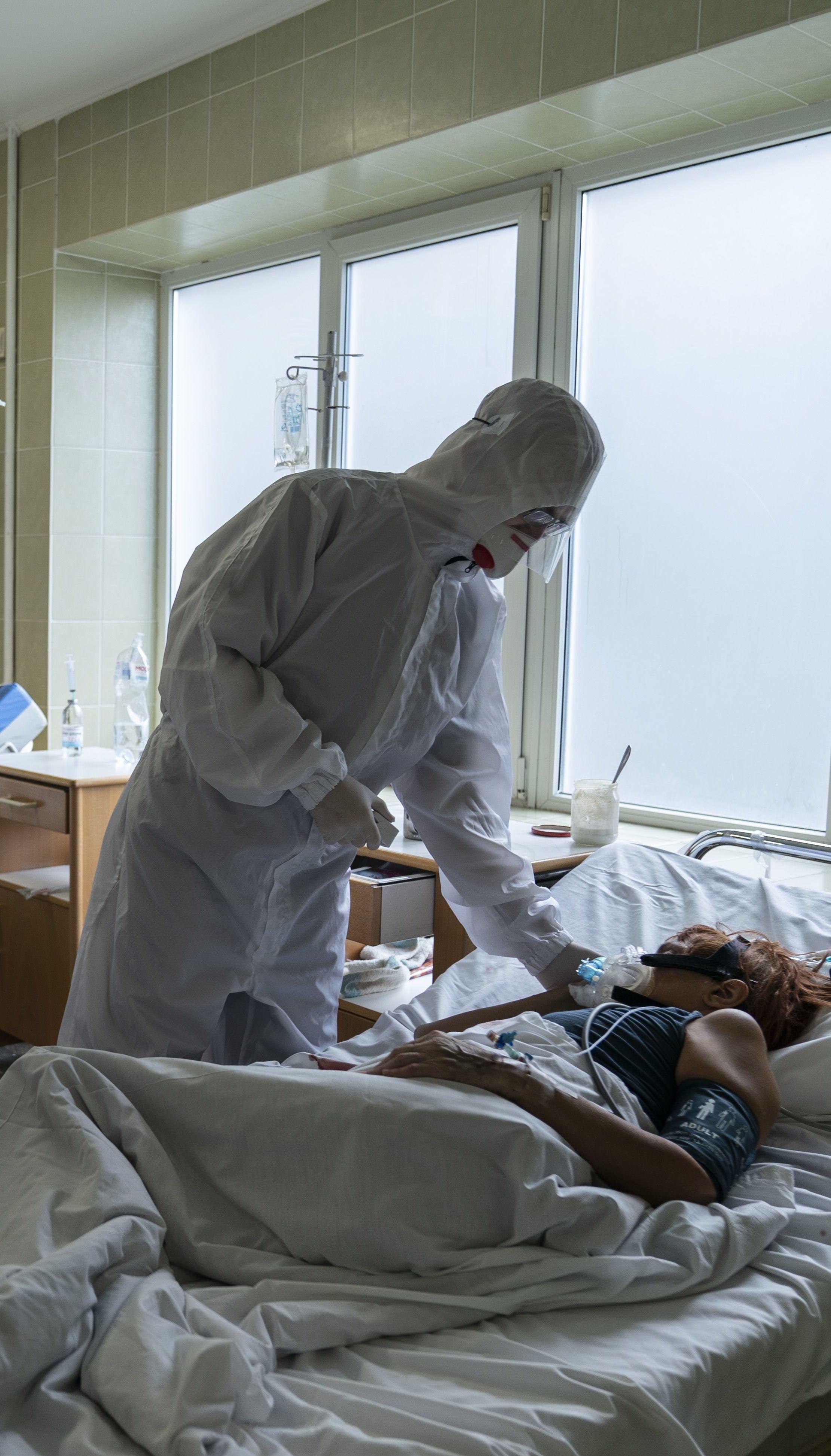 Стало погано на парі: у Львові рятують студентку, яка через коронавірус перебуває у штучній комі