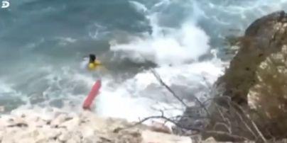 В Сети появилось видео, как спасали украинку в Испании, которая ударилась о скалы и упала в море