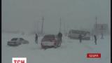 На трасі Одеса-Рені у сніговому полоні опинилося два десятки машин